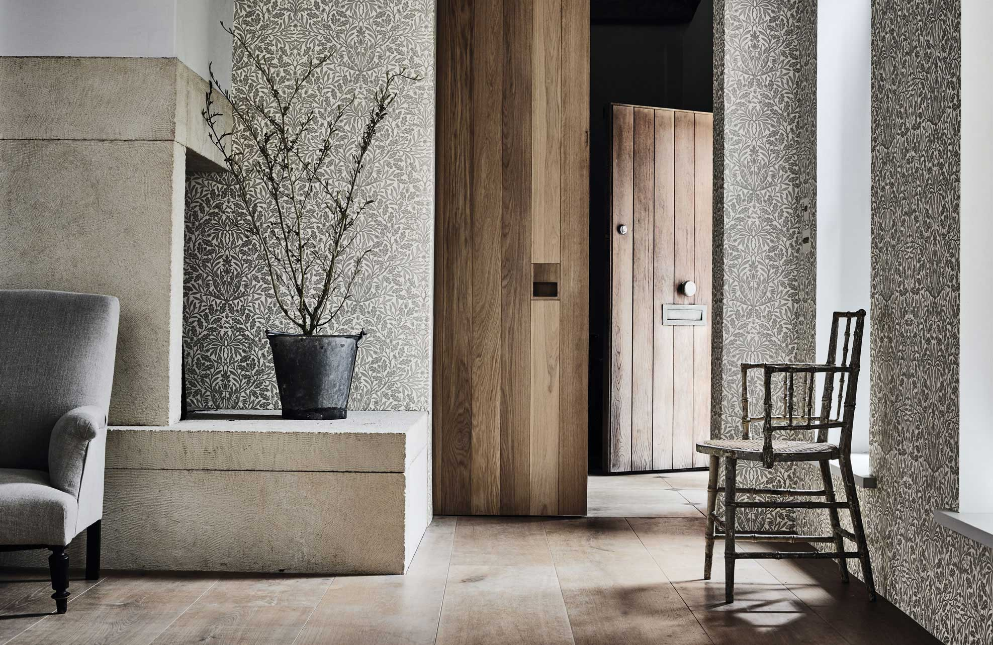 morris-pure-wallpaper-acorn-detail-living-space-plant-grey-metallic-white-natural